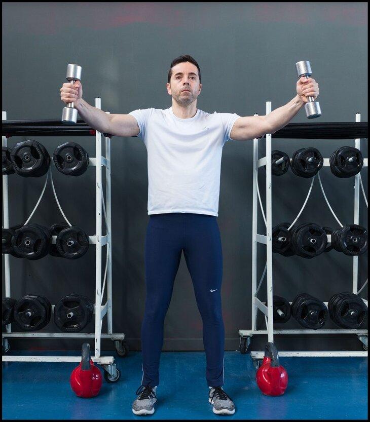 chico-realizando-ejercicio-supraespinoso-con-pesas