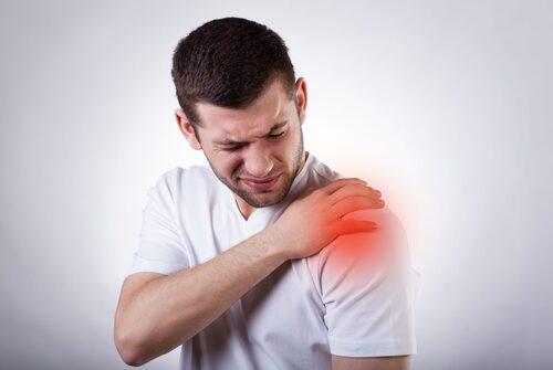 hombre-con-dolor-en-el-hombro