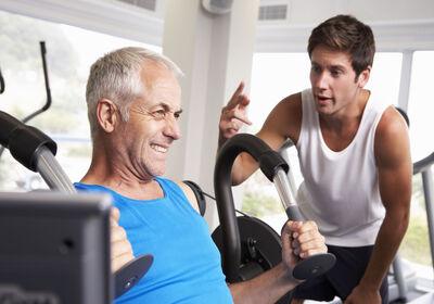 hombre-de-mediana-edad-entrenando-en-el-gimnasio