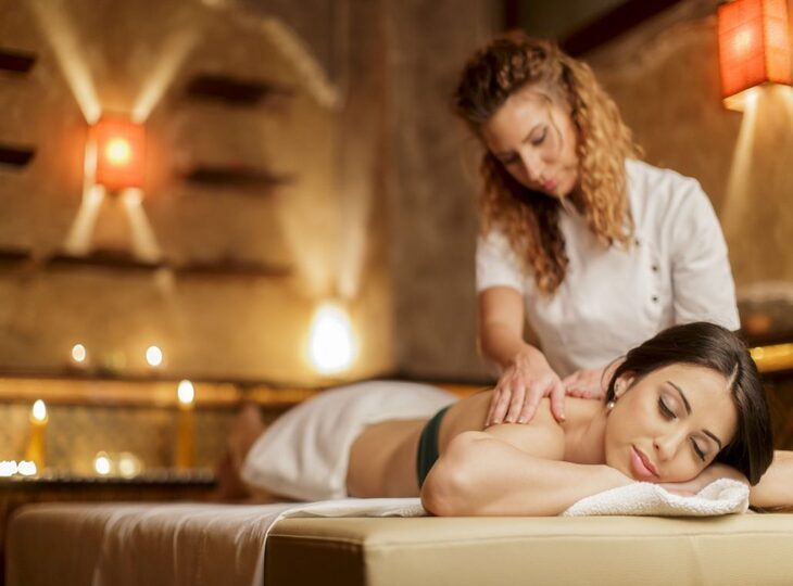 fisioterapeuta-realizando-masaje-relajante-a-paciente