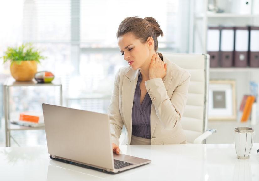 mujer-delante-ordenador-con-dolor-de-cuello